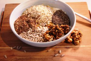 Ontbijtbowl met havermout, granola en zaden