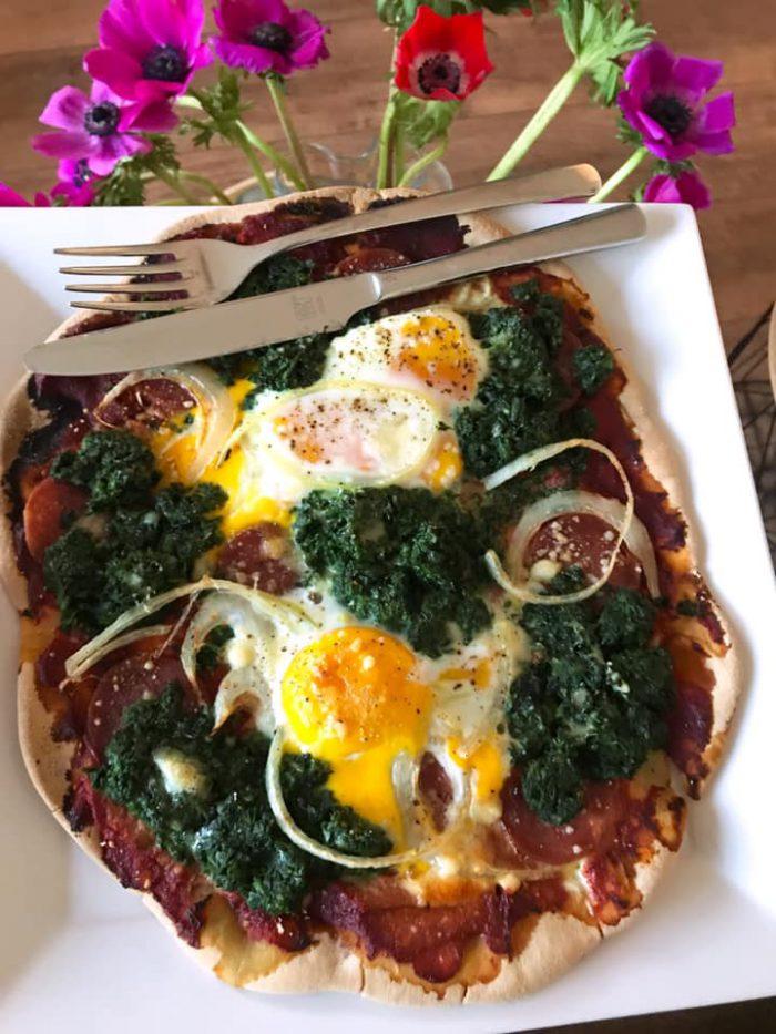Glutenvrije pizza met spinazie en ei