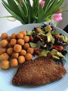 Aardappelbolletjes met sla en schnitzel