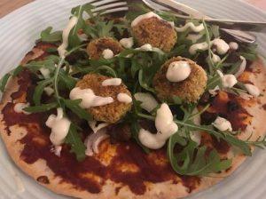 """Turkse pizza"" met falafel en rucola"