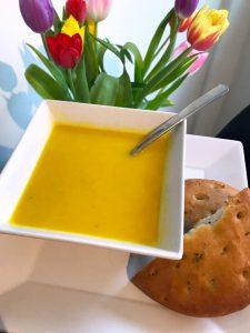 Romige gele paprikasoep met zoete aardappel