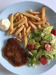 Frietjes met schnitzel en salade