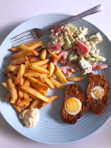 Frietjes met gehaktbrood en salade