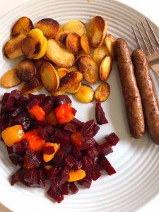 Gebakken aardappelen met rode bietjes en chipolataworstje
