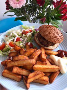 Ovenfriet met broodje hamburger en sla