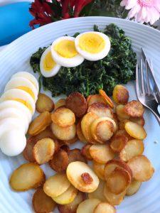 Gebakken aardappeltjes met spinazie en ei