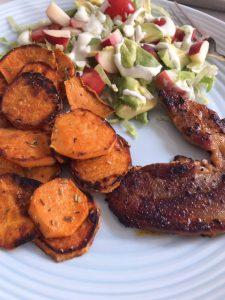 Zoete aardappel met speklapjes en salade