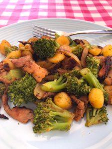 Roerbak van aardappeltjes, broccoli en kebab