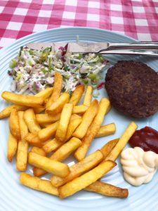 Verse friet met hamburger en radijsrauwkost