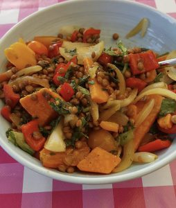 Salade van linzen, zoete aardappel en krulandijvie