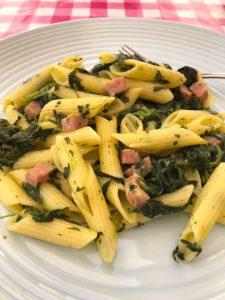 Pasta met spinazie en hamblokjes