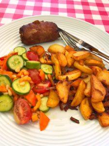 Gebakken aardappels met boerenvink en kleurrijke salade