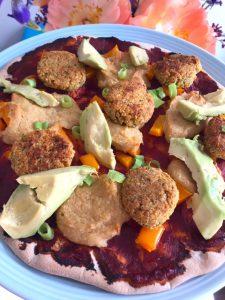 Pizza met hoemoes en falafel