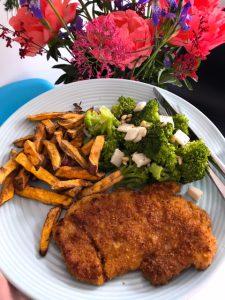 Schnitzel met zoete aardappelfriet en broccoli