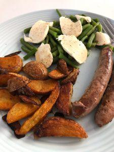 Aardappeltjes uit de oven, sperziebonen met mozzarella en worstjes