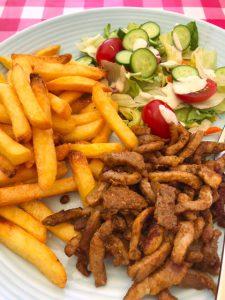 Patat met shoarma en salade