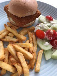 Broodje visburger met patat en salade