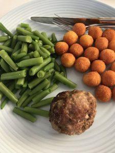 Gehaktbal met sperziebonen en aardappelbolletjes