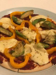 Pizza met paprika, avocado en mozzarella
