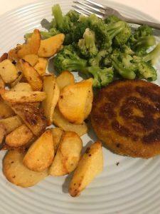 Gebakken aardappelen met broccoli en kipburger